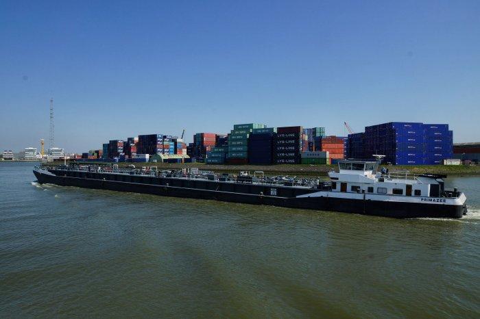 Tankschiff Primazee im Rotterdamer Hafen