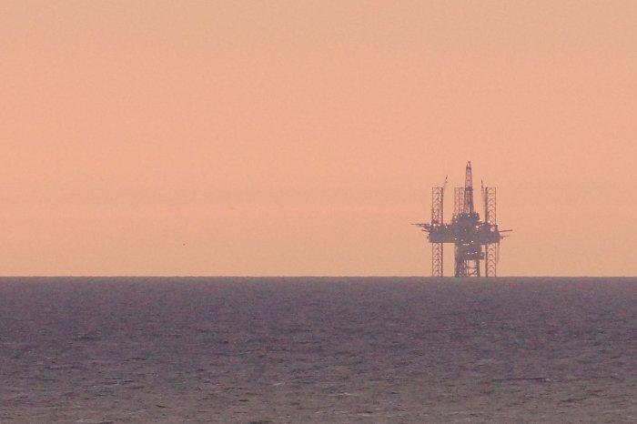 Ölplattform vor Scheveningen im Sonnenuntergang