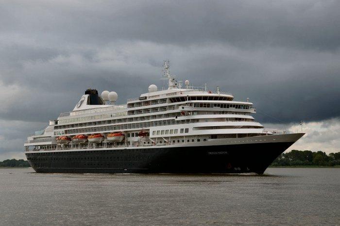Kreuzfahrtschiff verlässt Hamburg