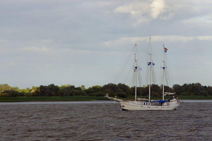 Segelschiff in der Elbmündung