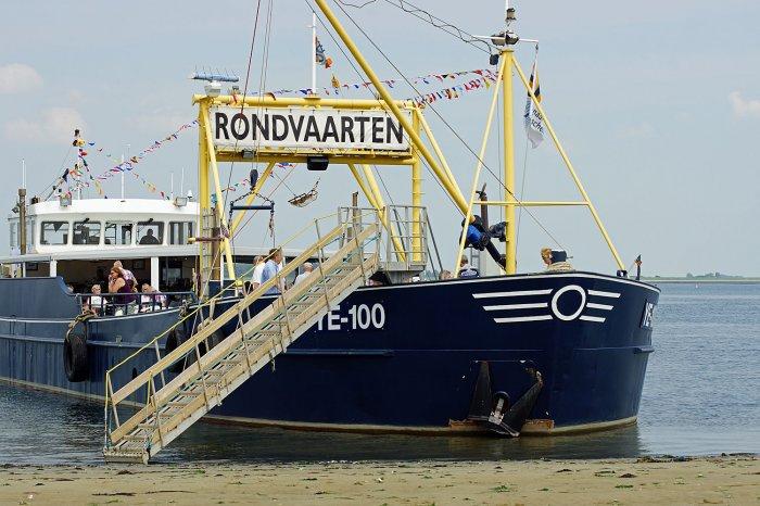 Rundfahrtschiff an der Sandbank