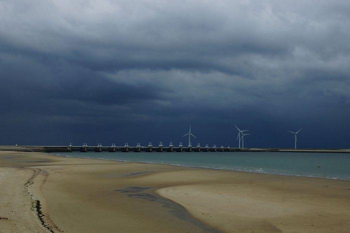 Regenwetterfront über dem Oosterscheldekering