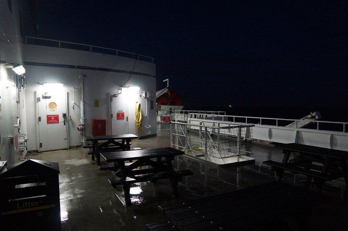 Leeres Außendeck der Englandfähre bei Nacht